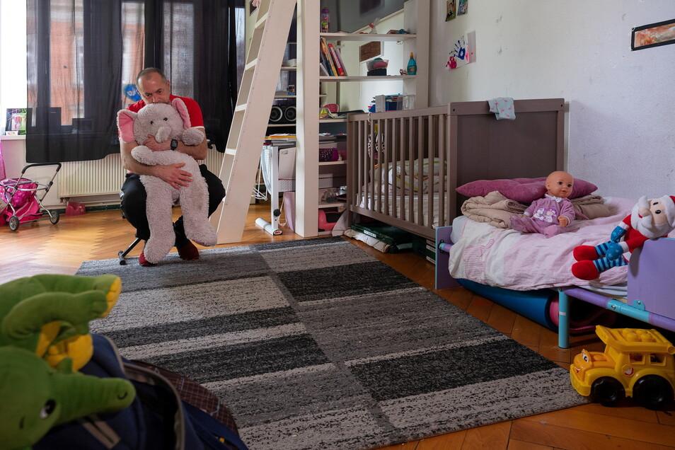 Großvater Noro kommt jeden Tag in die Wohnung, um sich seiner Familie näher zu fühlen und die Spuren der Abschiebung zu beseitigen.