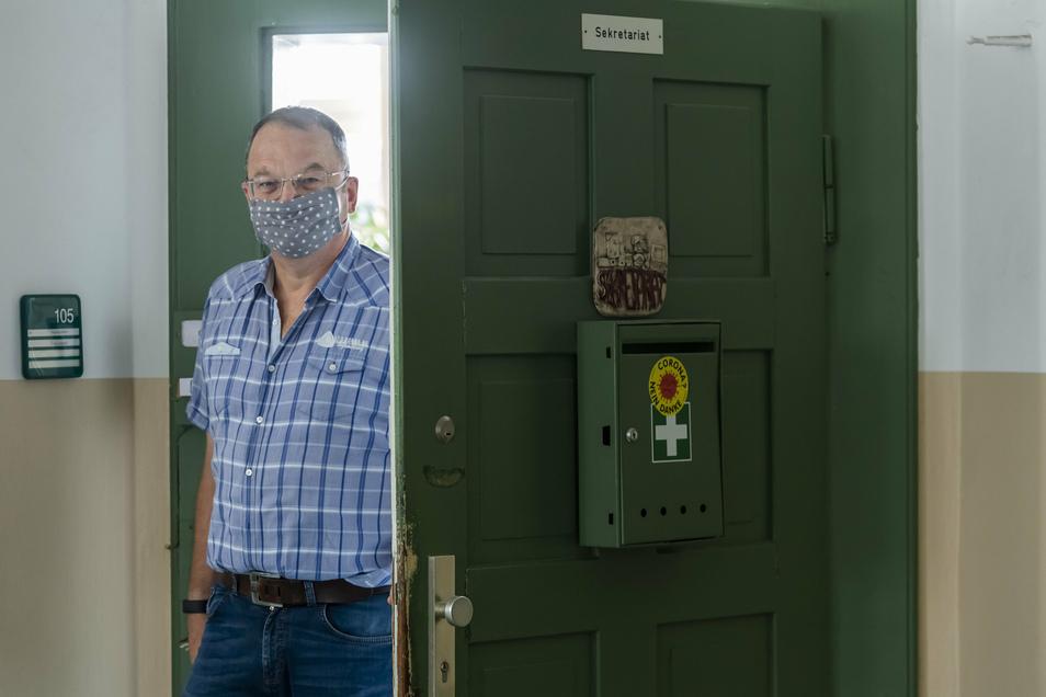 Jürgen Karras ist Schulleiter am Gymnasium Dresden-Cotta. Die komplette elfte Jahrgangsstufe musste für zwei Wochen in häusliche Isolation, weil sich ein Schüler mit dem Coronavirus infiziert hatte.