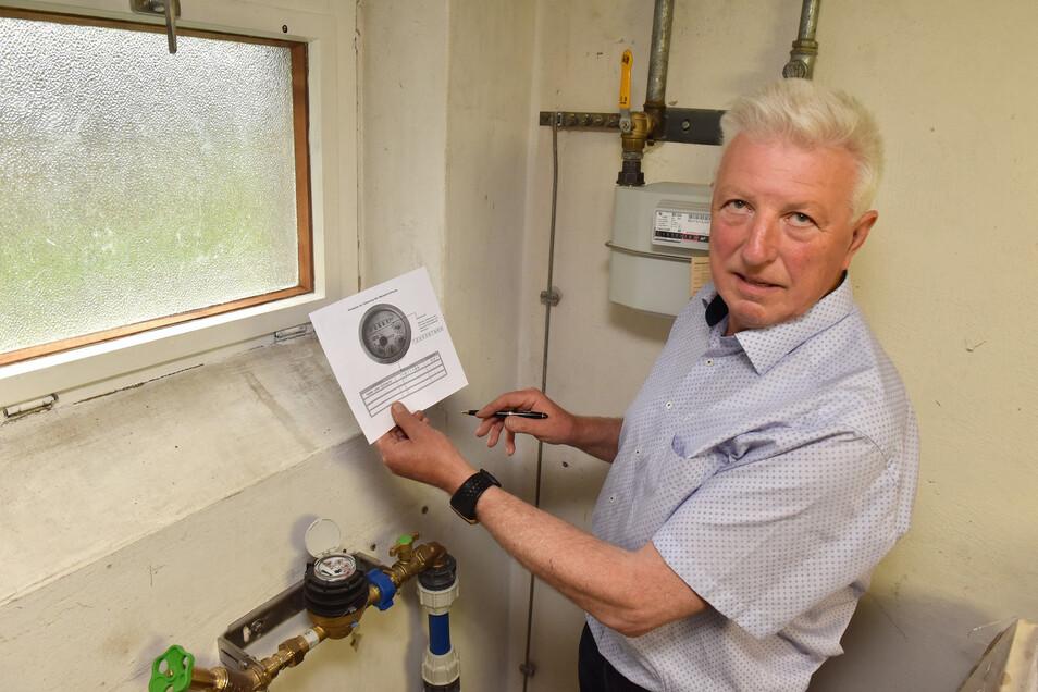 Klaus Kretzschmar in Tharandt an der Wasseruhr in seinem Haus. Er muss die Daten per Post übermitteln.