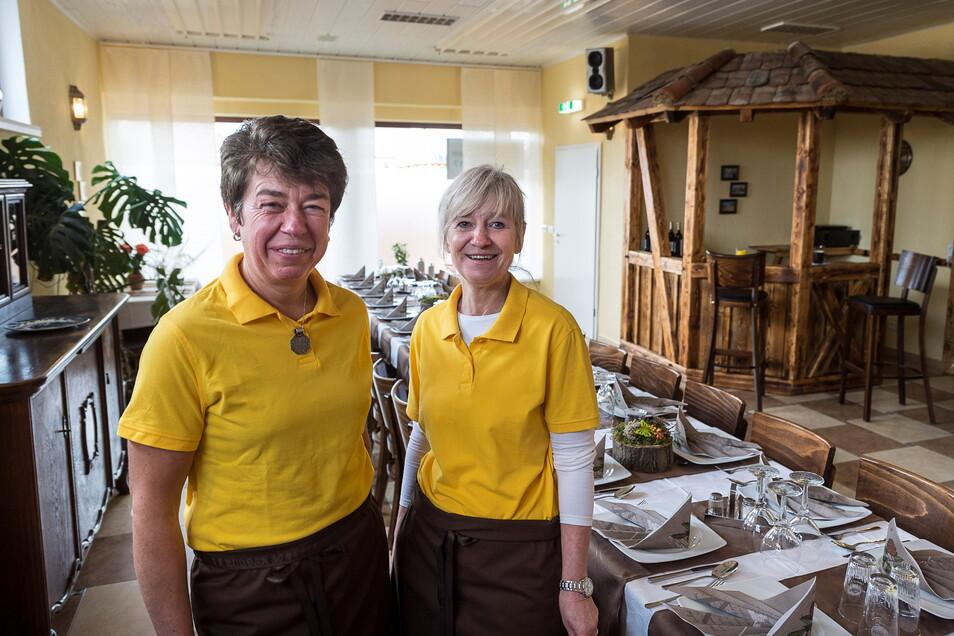 """Simone Drescher (links) und Anett Horn eröffneten 2017 ein Kochstudio. Jetzt ist die Einrichtung auch ein lokales """"Impfzentrum"""" in Kunnerwitz gewesen."""