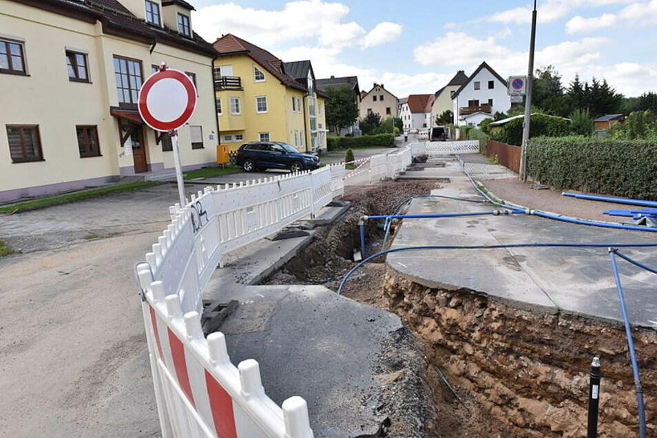 Der Heideweg in Dippoldiswalde müsste eigentlich gründlich ausgebaut werden. Das zu finanzieren, war schon immer schwierig und wird noch schwieriger. Darum werden jetzt nur neue Wasserleitungen verlegt.