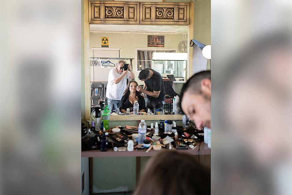 Beim Schminken von Julie: Stylist Steven Bartling. FotografGuido Karp hält alles im Foto fest.