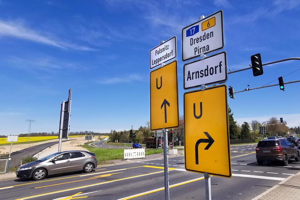 Nur über Umwege nach Leppersdorf und Pulsnitz: In Radeberg weisen gleich mehrere Schilder den Autofahrern die Richtung. Links im Bild ist bereits das Asphaltband der neuen Schnellstraße S177 zu sehen. Im Oktober soll das erste Stück befahrbar sein.