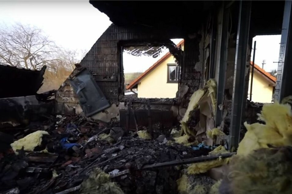 Das Dach des Hauses ist völlig ausgebrannt. Die Zimmer sind komplett offen.