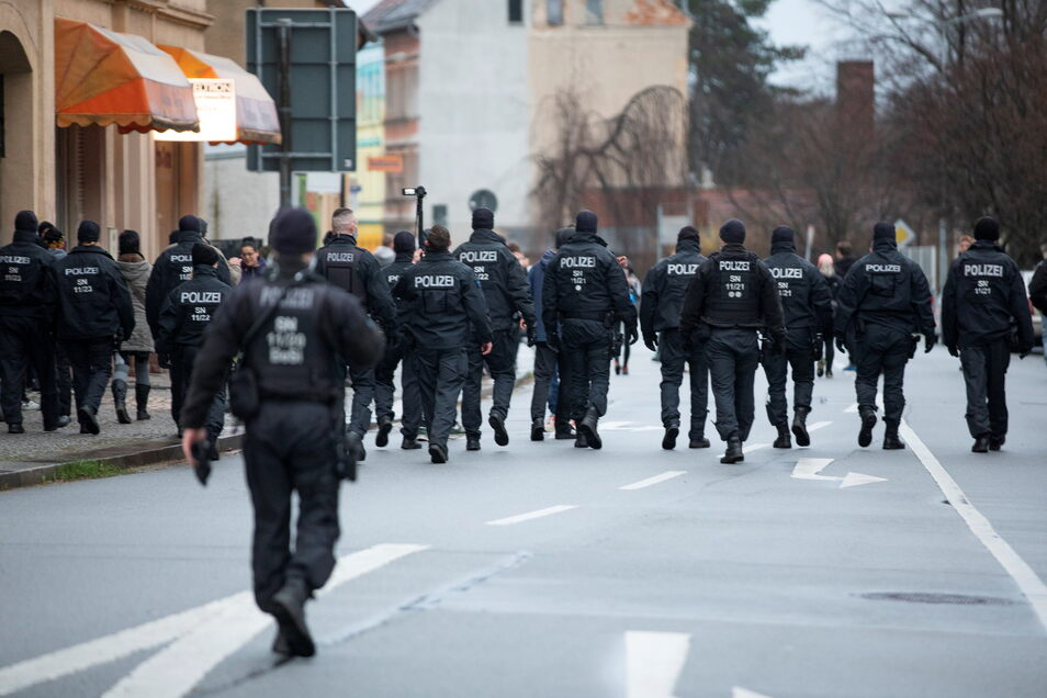 Ein ungewöhnlich großes Polizeiaufgebot begleitete die Kritiker der Corona-Maßnahmen am Montag auf dem Zittauer Stadtring.