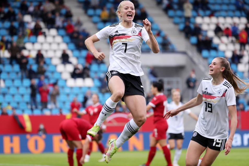 Ein Viererpack in Halbzeit zwei vor nahezu leeren Rängen: Lea Schüller freut sich über ihren zweiten Treffer, der die erstmalige Führung der DFB-Frauen im WM-Qualifikationsspiel gegen Serbien bedeutet.