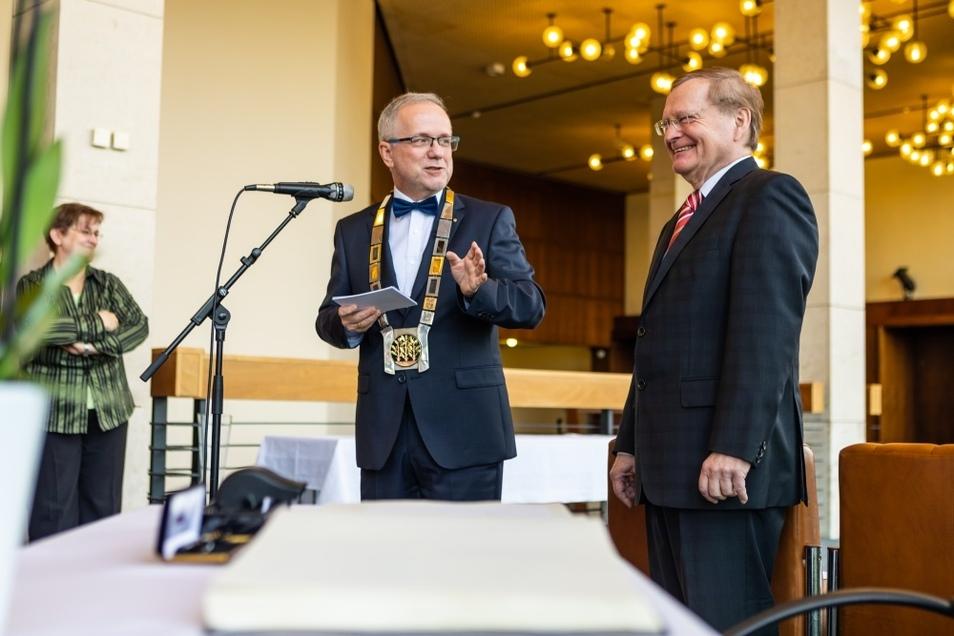 Die offizielle Verabschiedung von Thomas Delling (rechts) übernahm Oberbürgermeister Stefan Skora.