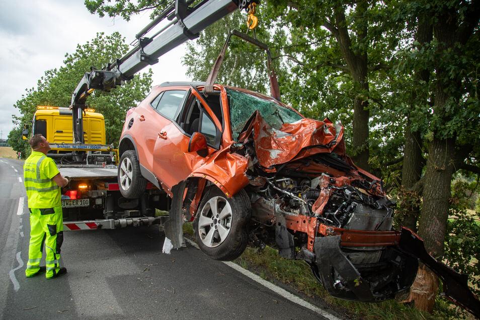 Ein Opel Mokka, den ein 69-Jähriger steuerte, ist am Freitagvormittag bei Bischofswerda frontal gegen einen Baum geprallt.
