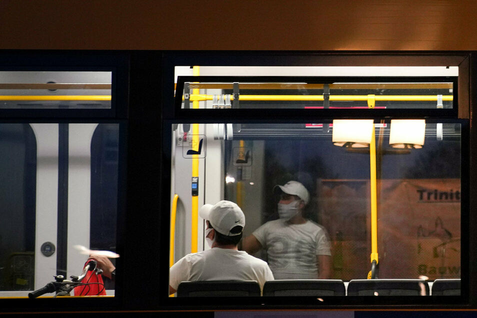 In einer Dresdner Straßenbahn ist am Mittwochabend ein Fahrgast ausgeraubt und leicht verletzt worden.