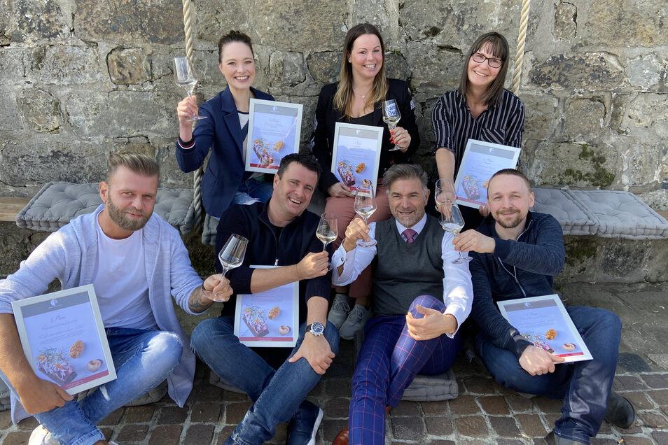 Clemens Lutz (vorn, 2.v.r.), Veranstalter der Kochsternstunden, gibt den Siegern des Publikumswettbewerbes einen schönen Erfolg mit auf den nun schwierigen Weg durch die Coronakrise.