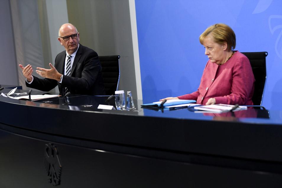 Bundeskanzlerin Angela Merkel (CDU) gibt im Kanzleramt mit Dietmar Woidke (SPD), Ministerpräsident von Brandenburg, eine gemeinsame Pressekonferenz.