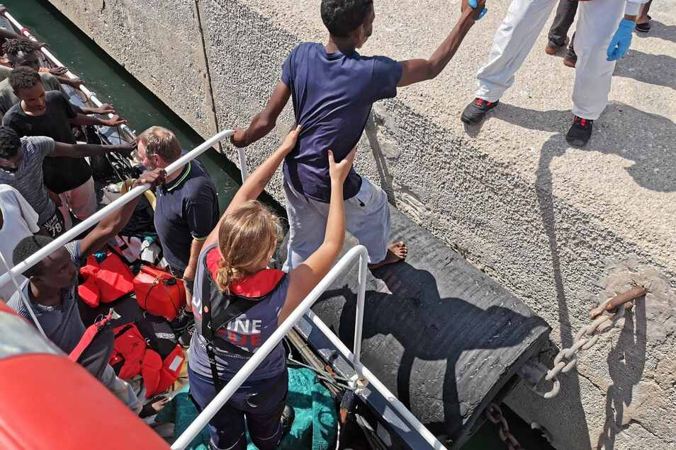 Nach acht Tagen Odyssee im Mittelmeer dürfen die vor der libyschen Küste geretteten Migranten in Sizilien an Land.