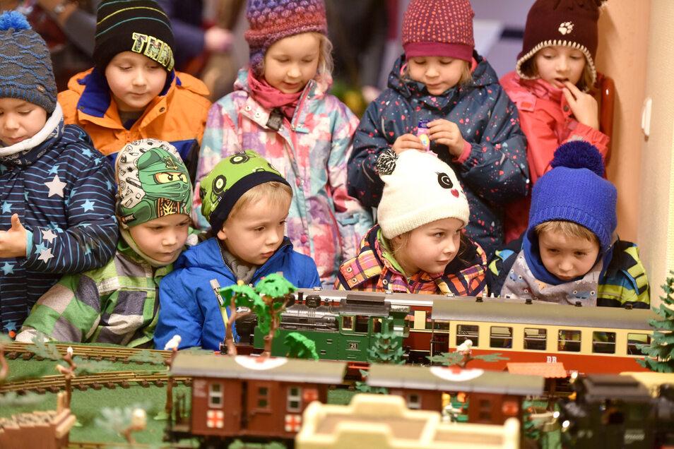 Die Modelleisenbahn war eine Attraktion für die jüngsten Gratulanten.