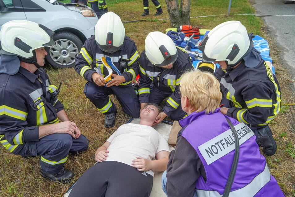 Seit Kurzem können die Feuerwehren im Kreis wieder Einsätze nachstellen. Bei einer Übung in Putzkau ebenfalls dabei: Ein Team aus Notfallseelsorgern, das die Einsatzkräfte bei ihrer Arbeit unterstützt.