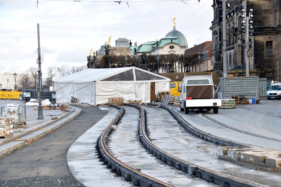 Wegen der Kälte mussten die Straßenbauer jetzt ein Zelt aufstellen, damit die Fahrbahn weiter gepflastert werden kann.