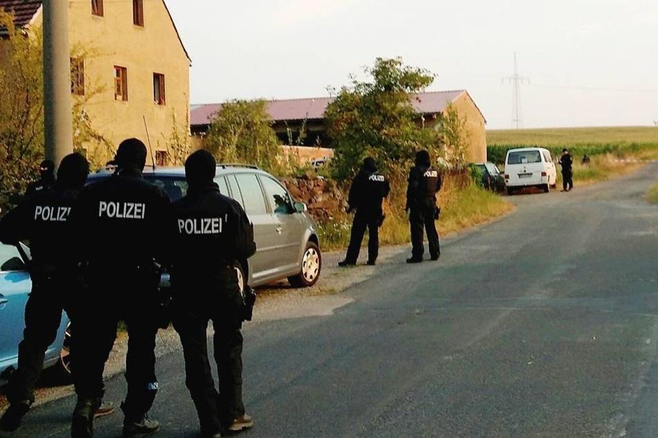 Zwei Gehöfte wurden von Bereitschaftspolizei und weiteren Einsatzkräften umstellt.