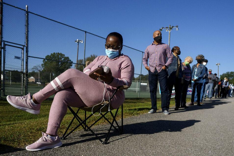 Alfreda Sales (l) sitzt auf einem Stuhl während sie zusammen mit anderen in einer Schlange vor dem Brainerd Youth and Family Development Center wartet, um vorzeitig ihre Wahlstimme abzugeben.