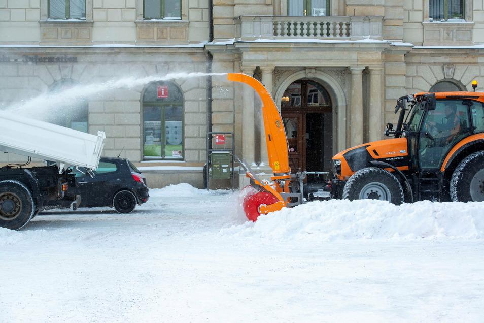Schnee marsch: Die Fräse des städtischen Bauhofes beförderte die Schneemassen gen Laster. Gut acht Kubikmeter passen auf die Ladefläche der Transporter der Weber Bau GmbH.