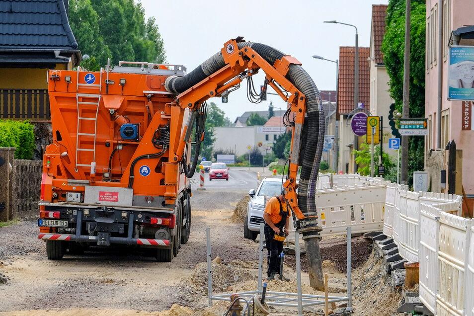 Die Baugrube für den neuen Mischwassersammler ist zwischen Gerhart-Hauptmann-Straße und der Zufahrt zum Löma-Center bereits wieder geschlossen. Nun erfolgt der Anschluss der Häuser an die neuen Kanal.