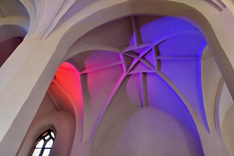 Farbiges Scheinwerferlicht taucht das Kircheninnere in sich immer ändernde Nuancen. Der Blick nach oben lohnt.