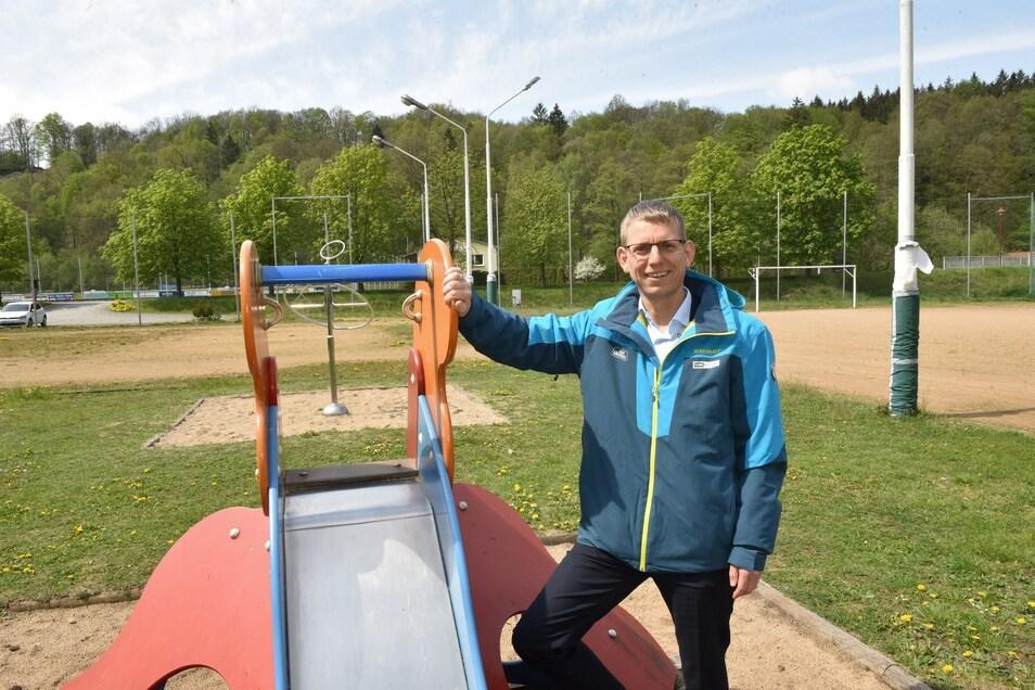 Glashüttes Bürgermeister Markus Dreßler vor dem kombinierten Fußball- und Spielplatz in Mittelschlottwitz, der mit viel Geld zu einem Mehrgenerationenplatz umgestaltet werden soll.