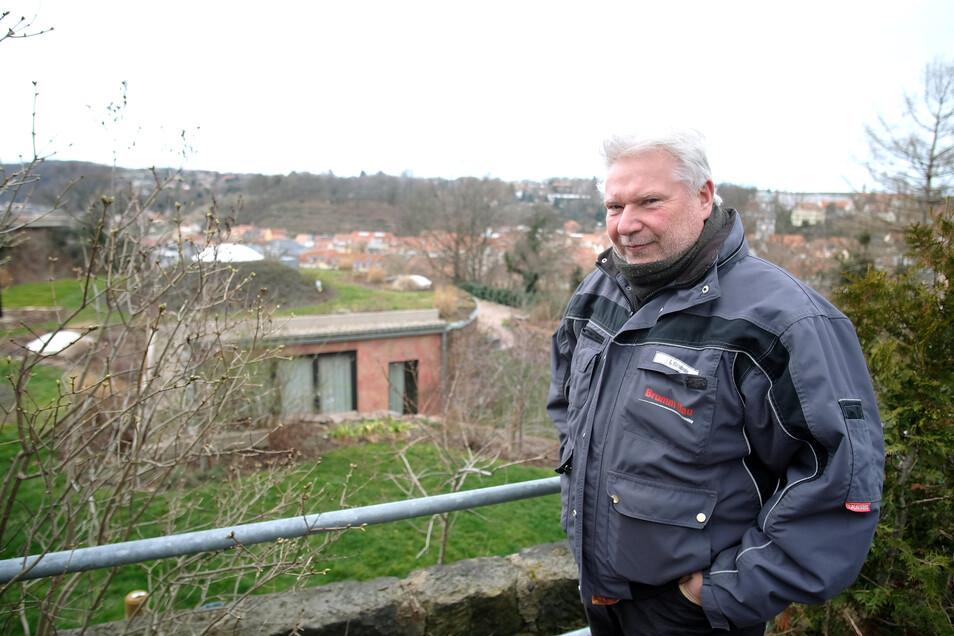 Nur die rötliche Fassade verrät das Haus im Hintergrund. Der Meißner Unternehmer Ingolf Brumm war mit dem Bau des Erdhügelhauses beauftragt. Solche Gebäude kann er sich auch für den Kapellenweg vorstellen.