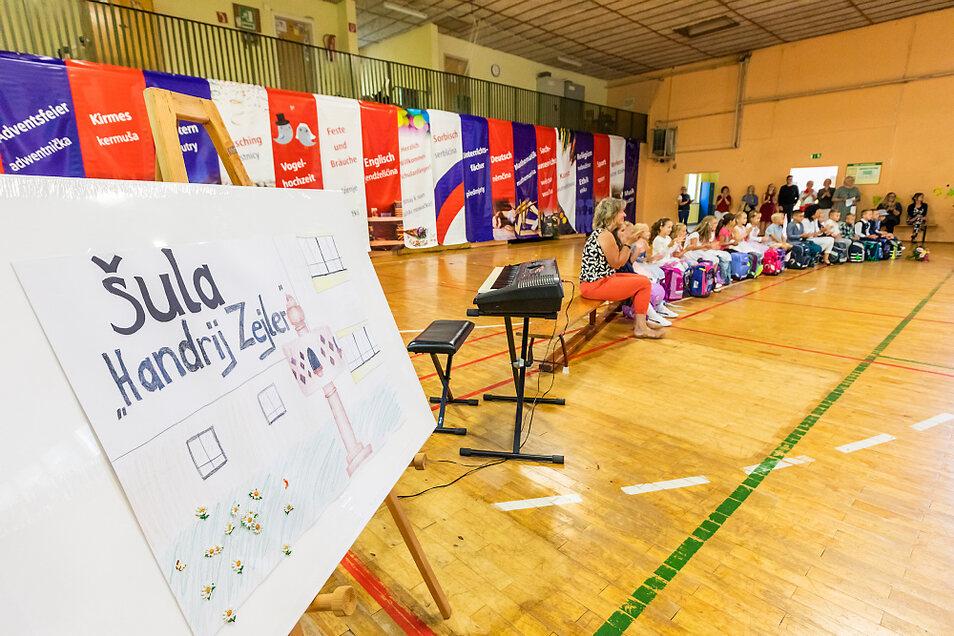 """Am Standort am Adler in Hoyerswerda fand die letzte Einschulung der Grundschule """"Handrij Zejler"""" statt. Rund 70 Schüler in drei Klassen erlebten das Programm in der Sporthalle, warfen einen Blick ins künftige Klassenzimmer und bekamen ihre Zuckertü"""