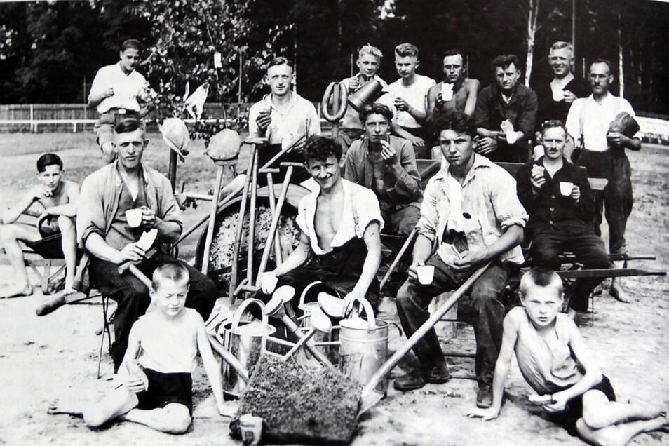 Vor dem Beginn des Spielbetriebes auf dem Adlerplatz standen viele Stunden harter Arbeit.