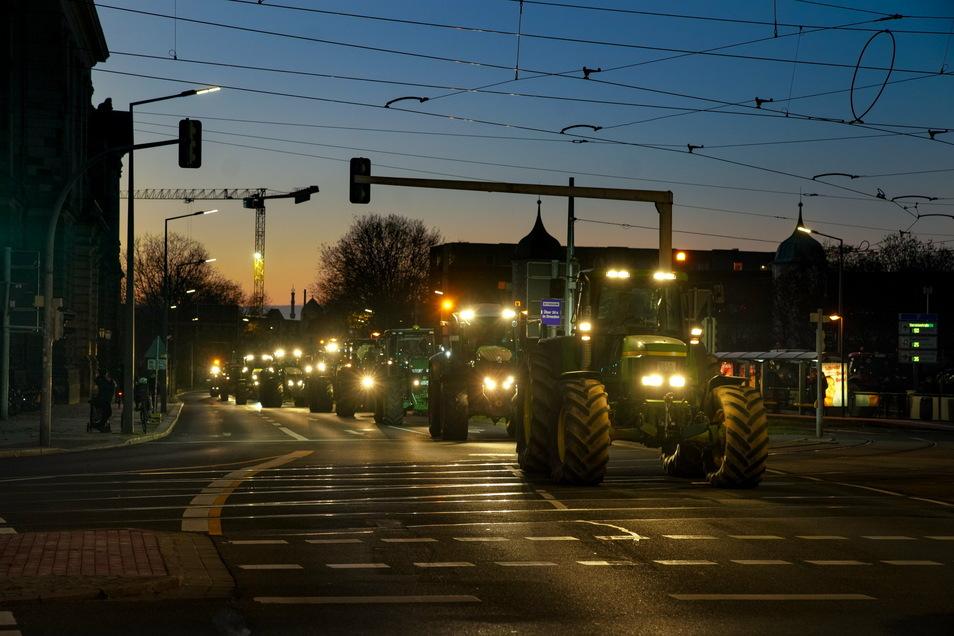 Trecker auf der Albertstraße, Kreuzung Carolastraße. Erneut kamen Hunderte Landwirte mit ihren Traktoren nach Dresden. Sie protestierten gegen die Düngeverordnung.