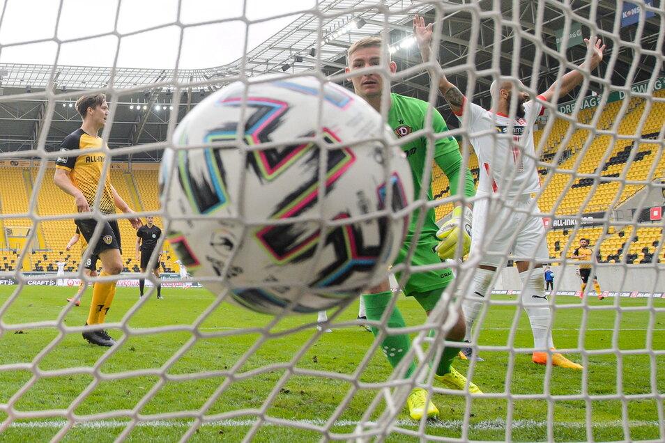 Torwart Kevin Broll kann das Tor zum 0:1 nicht verhindern. Am Ende verliert Dynamo im Ostduell 0:3.