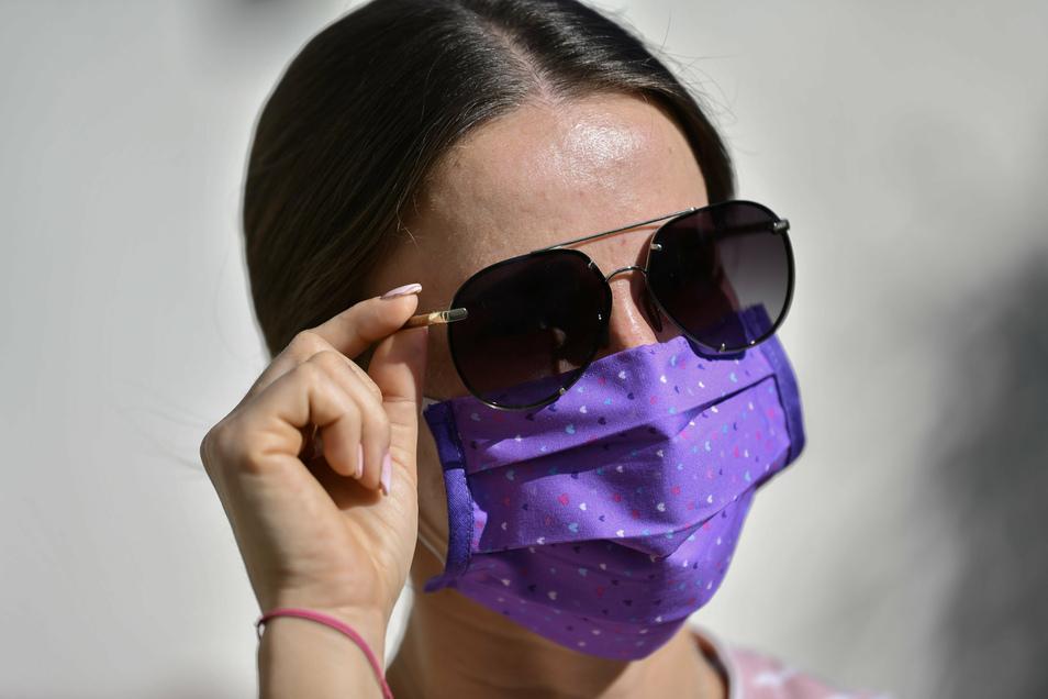 Vor allem an heißen Tagen empfinden viele Menschen die Mund-Nasen-Bedeckung als störend.