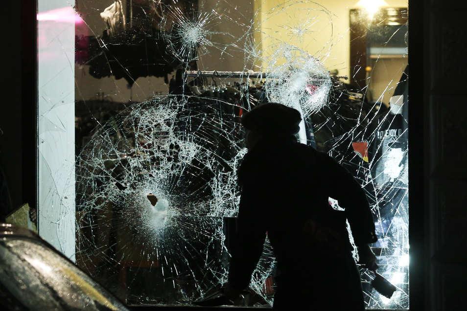 Rechte Chaoten griffen am 11. Januar 2016 in Leipzig zahlreiche Läden und Vereine an, demolierten Autos, schlugen Scheiben ein, es gab auch körperliche Auseinandersetzungen und Brände. Einer von ihnen: Brian E.