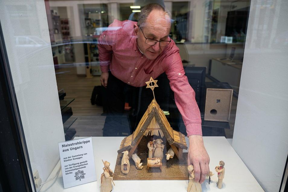 Gunter Ende gehört zu den Händlern in der Görlitzer Innenstadt, in deren Schaufenster über Weihnachten eine Krippe aus der Sammlung Günther Kempgen steht.