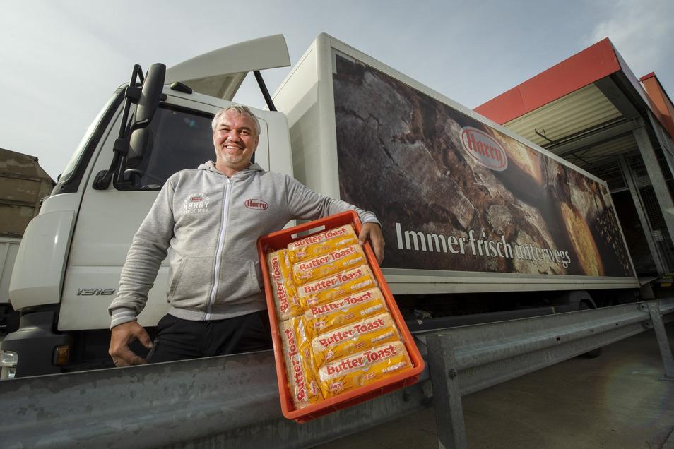 Dirk Nitschmann beliefert mit seinem Lkw die Supermärkte der Region, wie Kaufland in Döbeln, mit Brot.