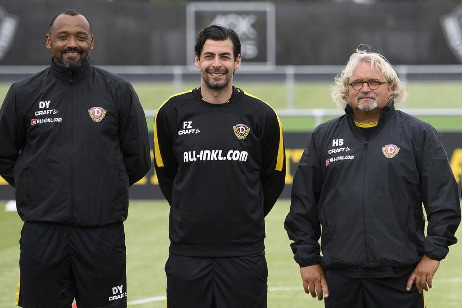 Torwarttrainer David Yelldell (l), dem neuen Co-Trainer Ferydoon Zandi (2.v.l.) und Co-Trainer Heiko Scholz.