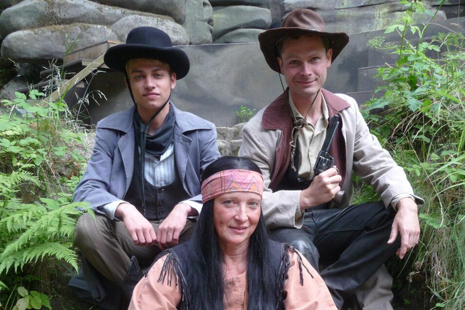 """In Rathens Wildem Westen: Die Kampfkomparsen Oskar Fichte (17, links), Karola Hanke (52) und der Dresdner Christoph Uckermark (31) im Kostüm für """"Winnetou I""""."""