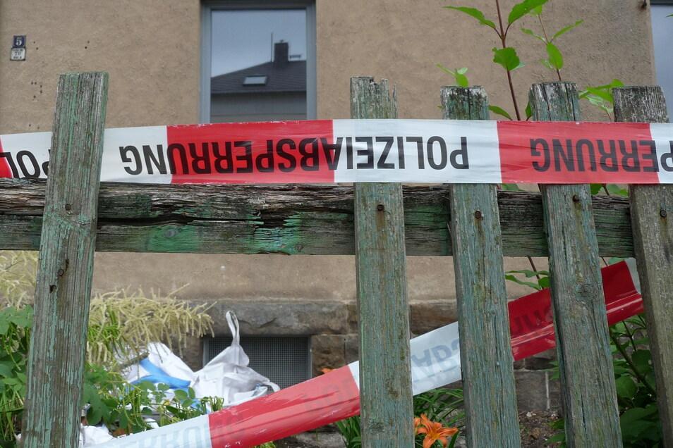 Der Krieg kommt wieder hoch: Hinter diesem Zaun an der Oelsaer Hauptstraße wurden bei Bauarbeiten Skelettfragmente und Handgranaten ausgegraben.