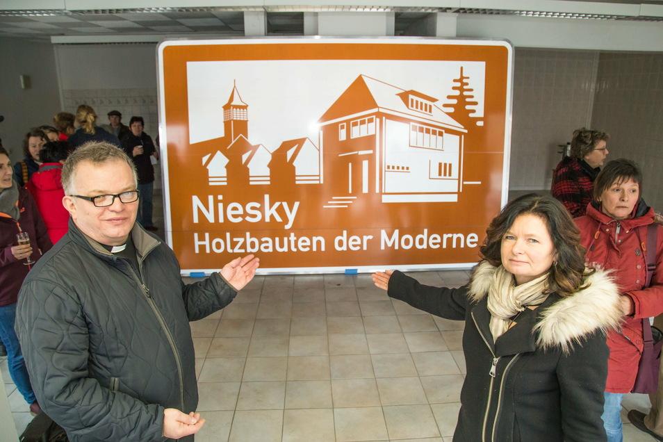 Nun hat auch Niesky sein Autobahnschild. Pfarrer Krystian Burczek, der sich sehr dafür einsetzte, und Oberbürgermeisterin Beate Hoffmann präsentierten das Schild, mit dem Niesky auf seine Tradition als Zentrum des Holzbaus hinweist.