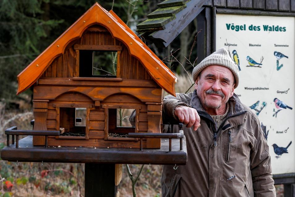 Arno Dießner mit dem schönen Vogelhaus im Neugersdorfer Stadtwald, das er selbst gebaut hatte. Jetzt ist es weg - zum wiederholten Mal.