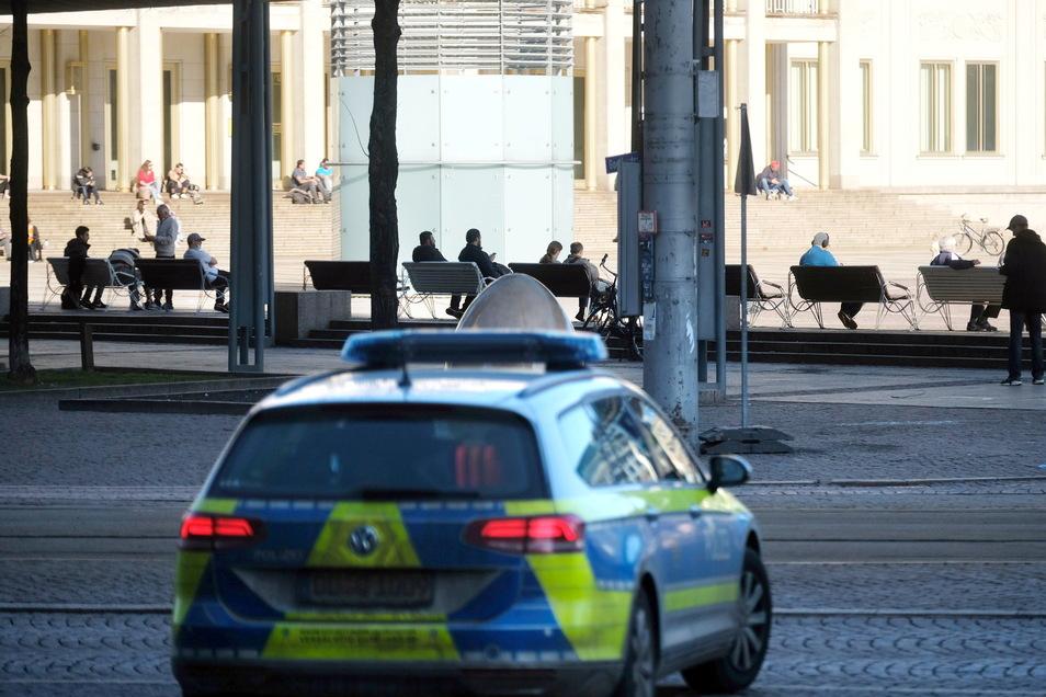 Ein Polizeiauto auf dem Leipziger Augustusplatz.