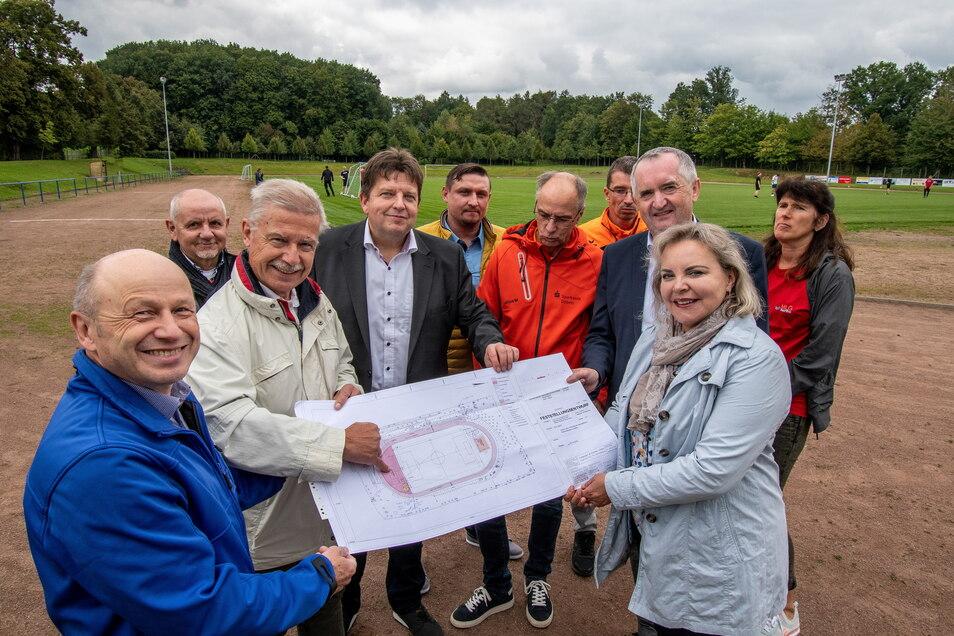 Veronika Bellmann (rechts vorn) hat sich für viele Projekte in der Region stark gemacht, so auch für den Sportplatzausbau in Hartha.