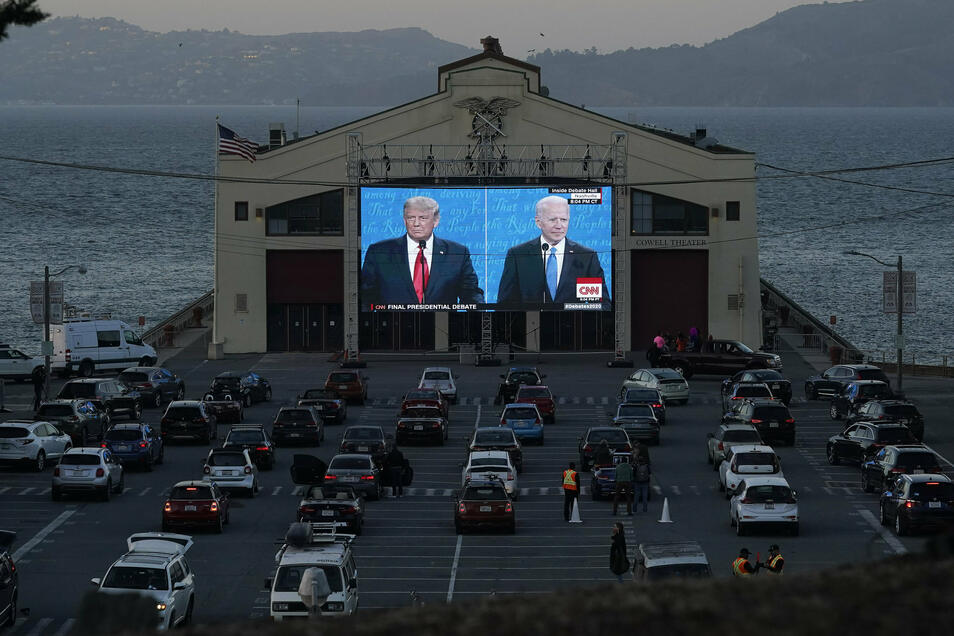 Hohes Interesse: Menschen verfolgen das letzte TV-Duell vor der Präsidentschaftswahl auf einer Leinwand in San Francisco.