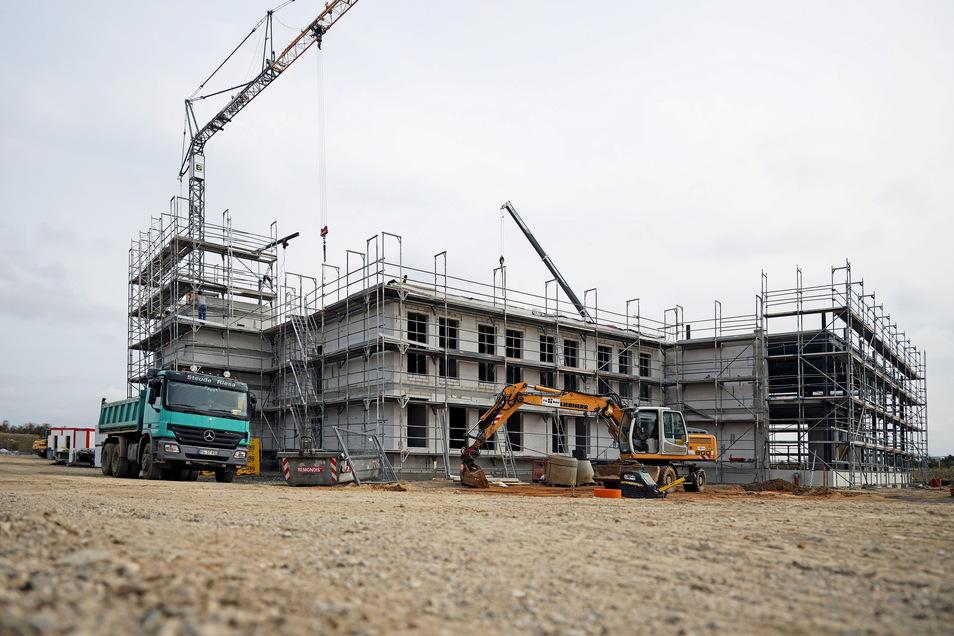 Die Dimensionen der neuen Fertigungshalle im Gewerbegebiet Glogauer Straße zeichnen sich bereits ab. Dort kommt aber noch ein weiteres Gebäude dazu.