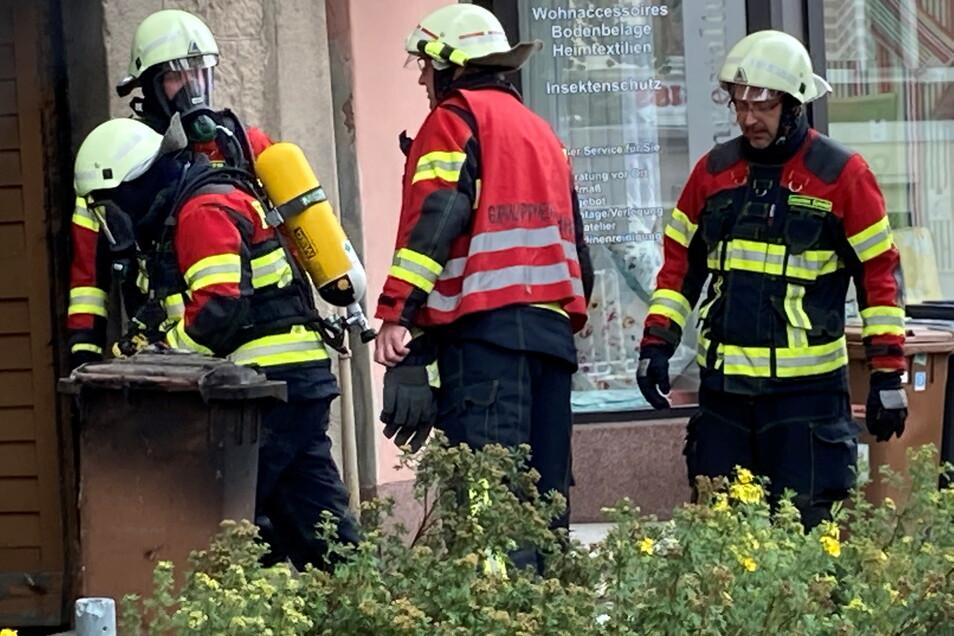 Die Feuerwehr-Kameraden holten eine Reihe verkokelter Mülltonnen aus dem Keller.
