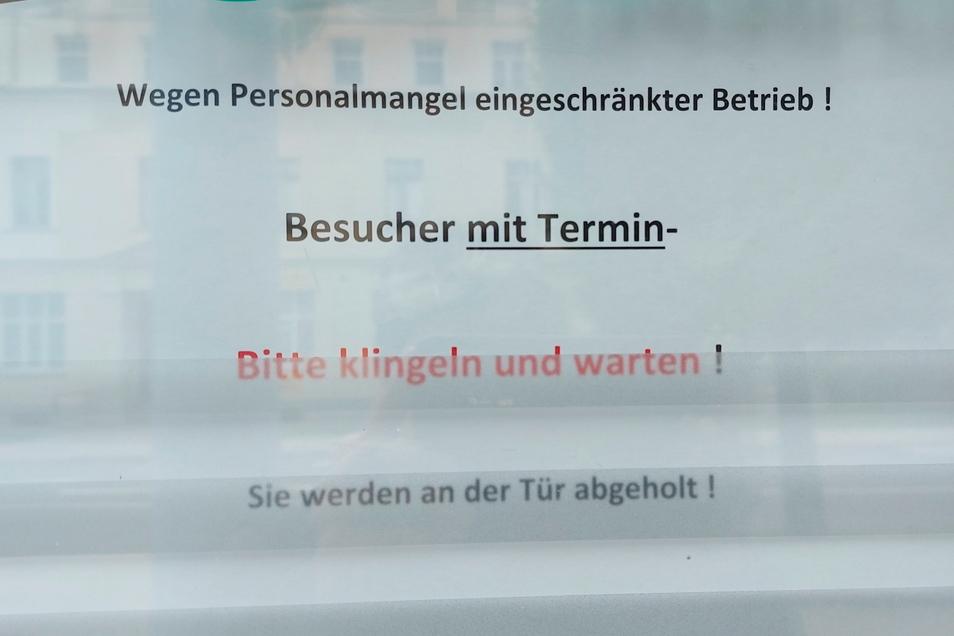 Dieses Schild am Bürgerbüro informiert über eingeschränkten Betrieb wegen Personalmangels.