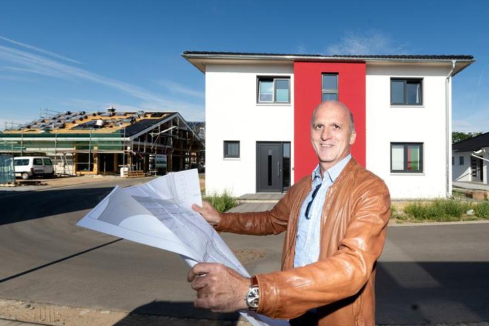 Prokurist Thomas Haubold macht sich ein Bild vom Baufortschritt im neuen Unger Park an der A 4 in Ottendorf-Okrilla.