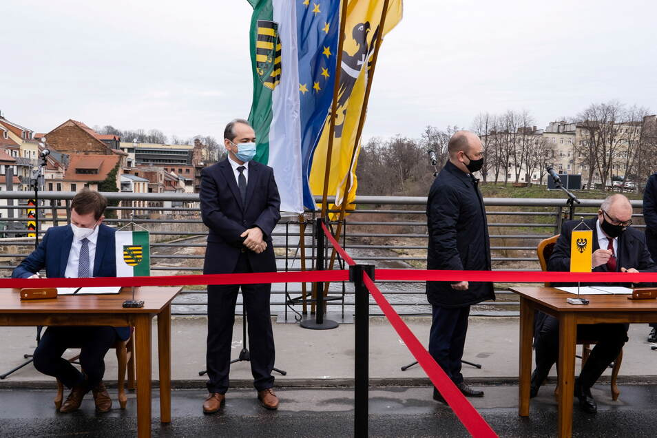 Noch mehr Unterschriften für das Fernwärmeprojekt: In diesem Frühjahr unterstützten auch Sachsens Premier Michael Kretschmer (li.) und der Marschall der Wojewodschaft Niederschlesien, Cezary Przybylski (re.) das Projekt auf der Görlitzer Altstadtbrücke.