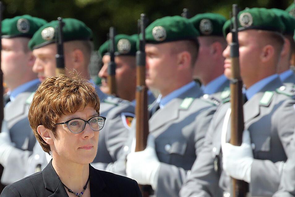 Die neue Verteidigungsministerin Annegret Kramp-Karrenbauer (CDU) fordert eine deutliche Steigerung der deutschen Rüstungsausgaben.