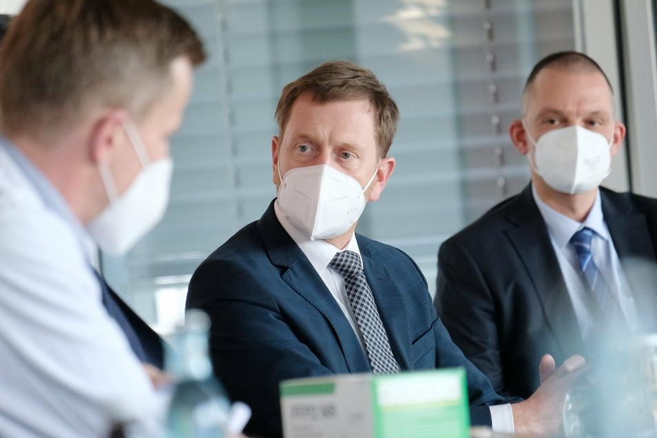 Ministerpräsident Michael Kretschmer (CDU) und Landrat Ralf Hänsel (parteilos) hören den Ausführungen von Frank Ohi zu, der die Lage im Elblandklinikum beschreibt.