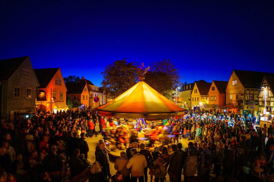 Traditionell dreht sich das Theaterkarussell auf dem Herbst- und Weinfest in der Mitte des Dorfangers. In diesem Jahr zieht es auf die Hauptstraßen in Radebeul-Ost um.
